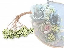 Drewniany kwiatuszek ze sznureczkiem
