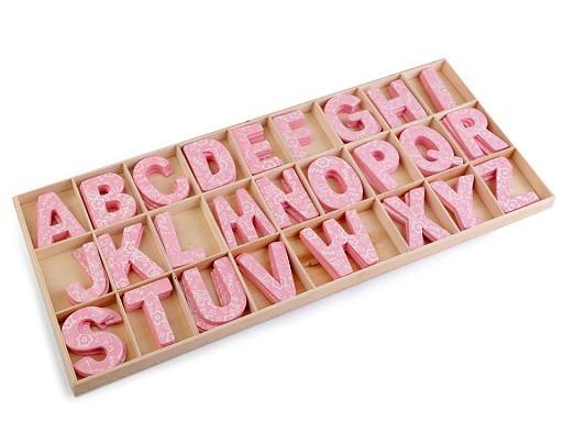 Dřevěná písmena v krabici s potiskem
