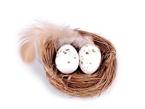 Dekorace hnízdo s křepelčími vajíčky a peřím