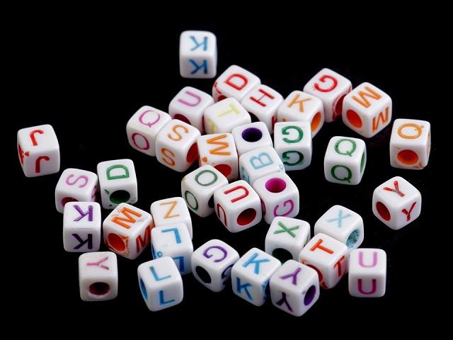 Plastové koráliky s písmenkami kocka 6 mm